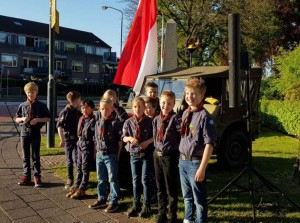 Welpen bij kranslegging op Hoogland